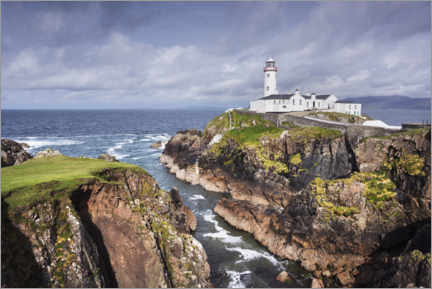 Canvas-taulu  Lighthouse on rocks by the sea with clouds - The Wandering Soul