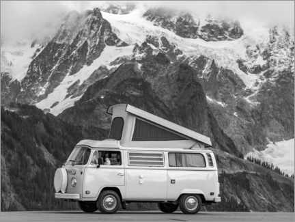 Galleriataulu  Camping bus in front of a mountain landscape - Moritz Wolf