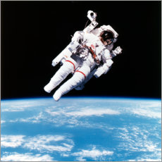 Akryylilasitaulu  Astronaut Bruce McCandless with propeller backpack