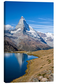 Canvas-taulu  Hikers walking on the path beside the Stellisee with the Matterhorn reflected. Zermatt Canton of Val - Roberto Sysa Moiola